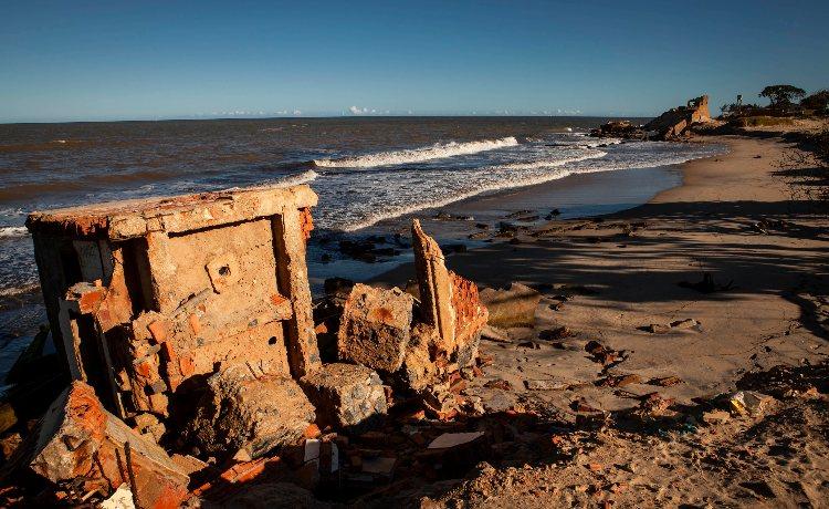 Conheça Atafona, uma das primeiras vítimas da erosão marinha no Brasil