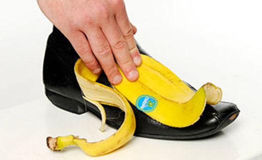 Casca de banana polindo um sapato