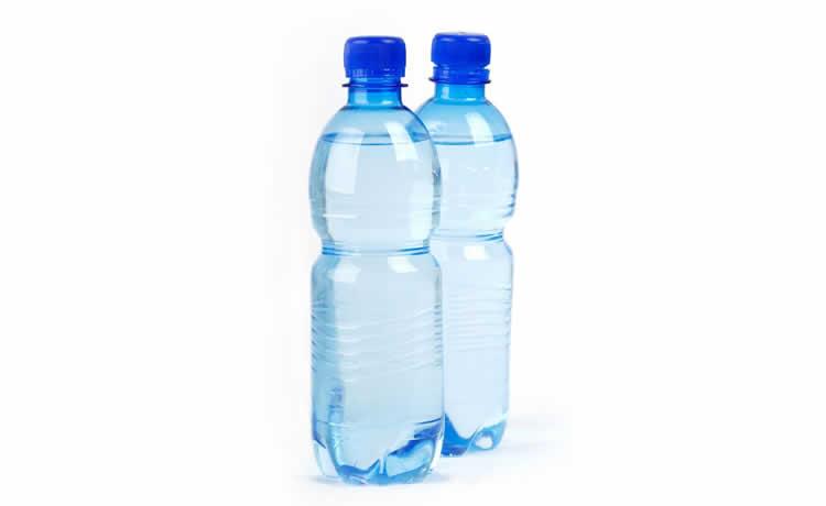 Duas garrafas PET com água