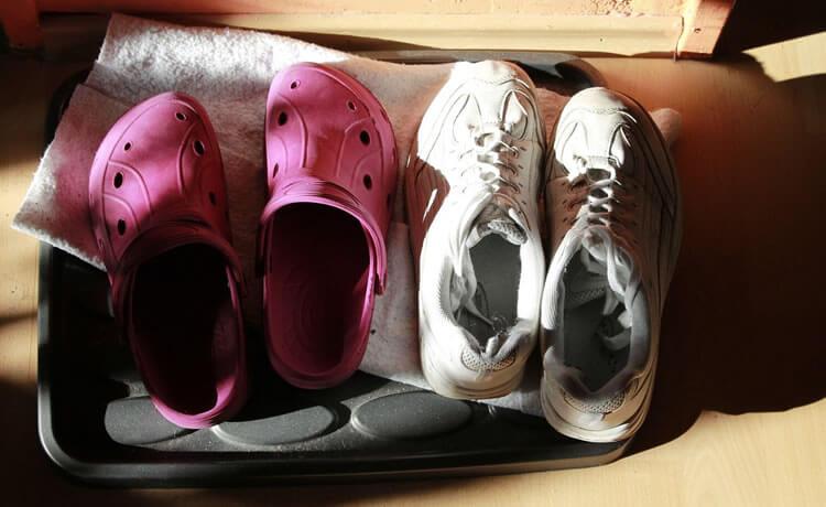 Deixe os calçados fora de casa
