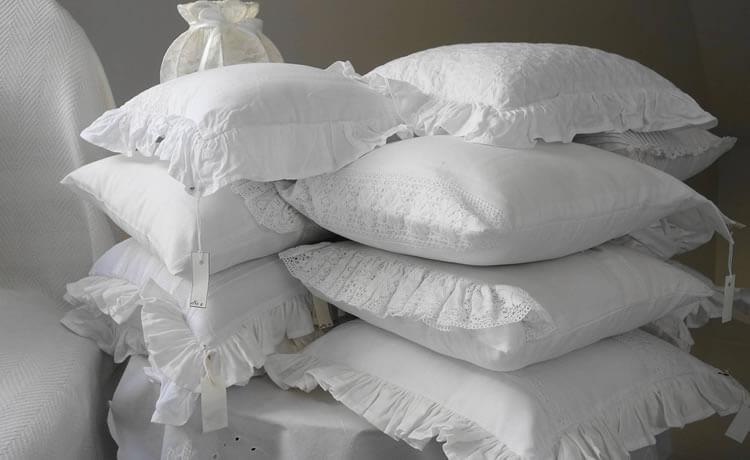 É importante limpar travesseiros regularmente. Fazê-lo de maneira sustentável é mais importante ainda