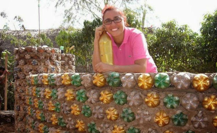 Advogada boliviana e casas de garrafa PET