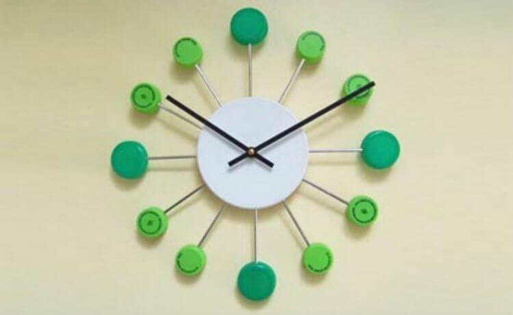 Tampinhas de garrafa se transformam em um relógio de parede