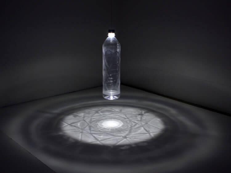 Luminária usa garrafa PET de diferentes tamanhos