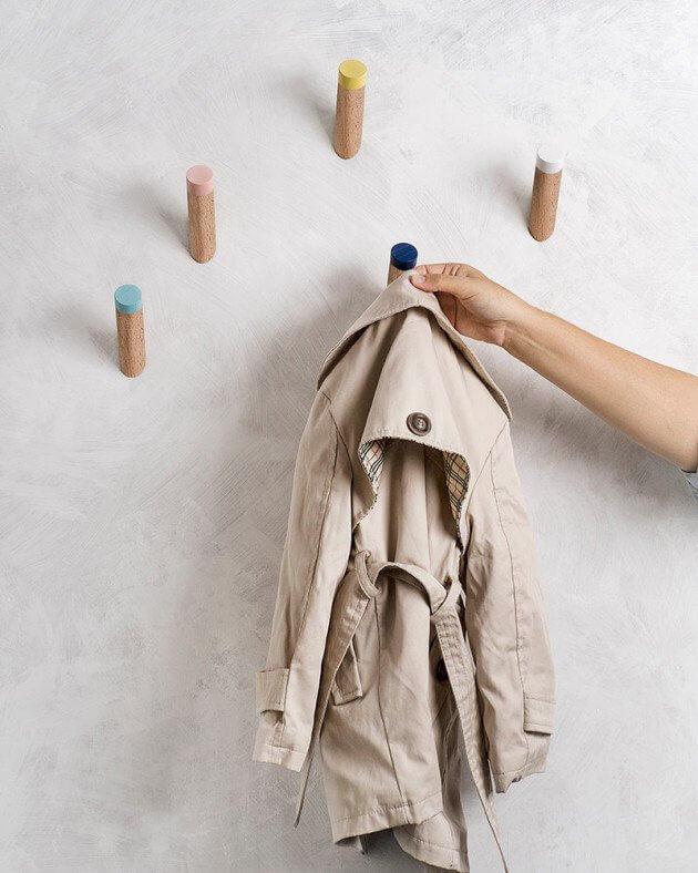 Cabos de vassouras cortados podem se transformar em cabideiro de parede