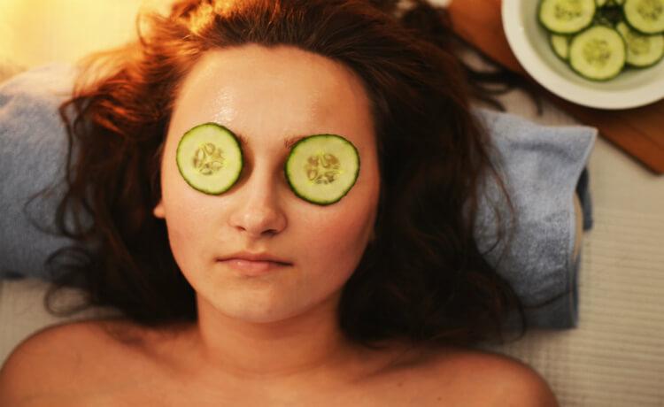 Existem diversos métodos naturais que funcionam para remover e diminuir manchas na pele