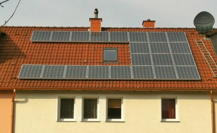 Telhado de casa com energia solar